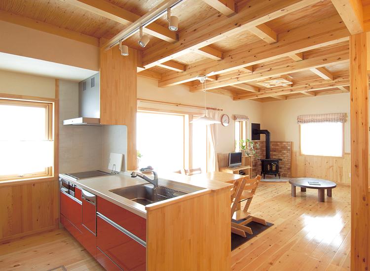 薪ストーブの優しい温もりが家族を包む 待望のカントリーライフを楽しむ、暖かな家