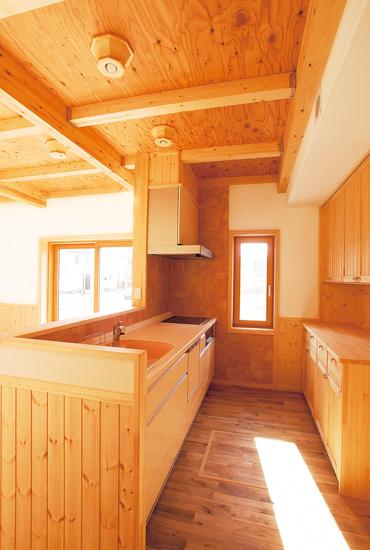 コストを抑えた高性能Q1.0住宅を実現 木に包まれた憩いの生活空間