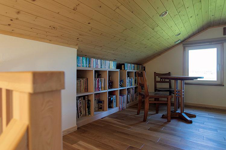 熟練の腕で古材を生かした、道産木材100パーセントの自然に馴染む平屋